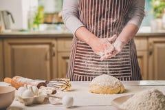 Шлепок женщины его руки над крупным планом теста Хлебопек заканчивая его хлебопекарню, муку от его рук, открытый космос встряхива Стоковое Изображение