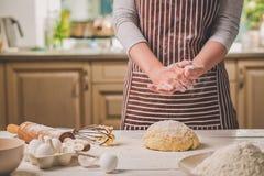 Шлепок женщины его руки над крупным планом теста Хлебопек заканчивая его хлебопекарню, муку от его рук, открытый космос встряхива Стоковые Изображения RF