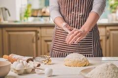 Шлепок женщины его руки над крупным планом теста Хлебопек заканчивая его хлебопекарню, муку от его рук, открытый космос встряхива Стоковые Изображения