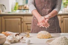 Шлепок женщины его руки над крупным планом теста Хлебопек заканчивая его хлебопекарню, муку от его рук, открытый космос встряхива Стоковая Фотография