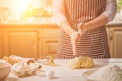Шлепок женщины его руки над крупным планом теста Хлебопек заканчивая его хлебопекарню, муку от его рук, открытый космос встряхива Стоковые Фото