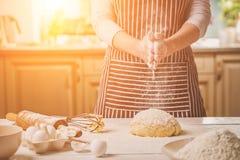 Шлепок женщины его руки над крупным планом теста Хлебопек заканчивая его хлебопекарню, муку от его рук, открытый космос встряхива Стоковое Фото