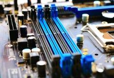Шлицы памяти закрывают вверх на материнской плате компьютера Стоковые Изображения RF