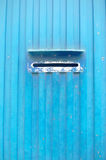 Шлиц почтового ящика на промышленной металлической стене Стоковое фото RF