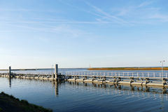 Шлюзуйте на Oostkade фургоне Вертепе Oever, Wieringen Afsluitdijk Neth Стоковые Изображения RF