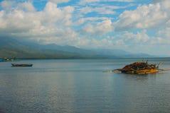 Шлюпка ландшафта в море с рыболовными сетями Pandan, Panay, Филиппины Стоковое фото RF