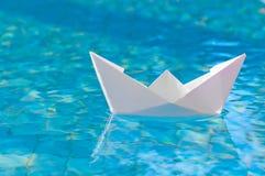 Шлюпка белой бумаги плавая в воду Стоковое Фото