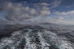 Шлюпка бодрствования в море Стоковое Фото