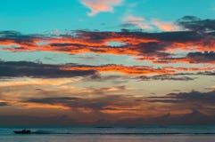 Шлюпка быстро проходя над заходом солнца Стоковая Фотография RF