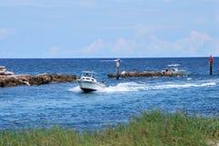 Шлюпка взгляда пляжа Стоковая Фотография RF