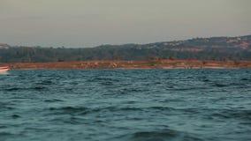 Шлюпка во время захода солнца на реке сток-видео