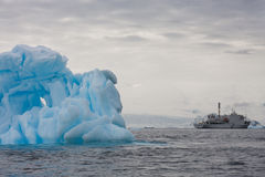 Шлюпка в антартическом ландшафте Стоковые Фото