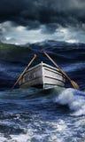 Шлюпка в бурных морях Стоковая Фотография RF