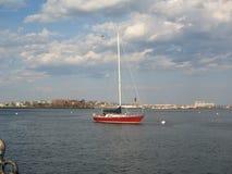 Шлюпка в гавани Бостона, Бостоне, Массачусетсе, США стоковая фотография