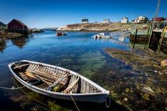 Шлюпка в гавани на бухте Пегги, Новой Шотландии стоковое изображение