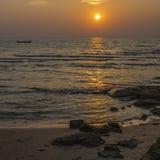 Шлюпка в заходе солнца Стоковые Изображения