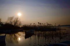 Шлюпка в заходе солнца Стоковые Изображения RF