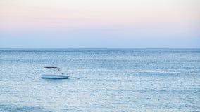 Шлюпка в море в голубом вечере лета Стоковое Изображение RF