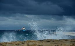 Шлюпка в море в дне шторма Стоковые Изображения RF