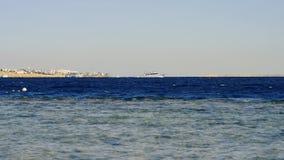 Шлюпка в море Корабль в море Красивый ландшафт вечера моря и гор Взгляд вечера Красного Моря акции видеоматериалы
