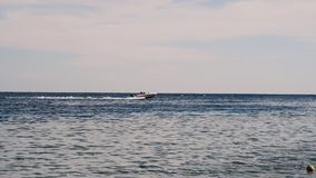 Шлюпка в море Корабль в море Красивый ландшафт вечера моря и гор Взгляд вечера Красного Моря видеоматериал