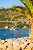 Шлюпка в море около скалистого берега Хорватия dubrovnik Стоковое фото RF