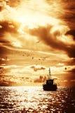 Шлюпка в море стоковые фотографии rf