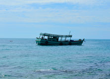 Шлюпка в море Стоковые Изображения
