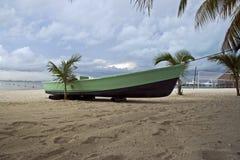 Шлюпка в пляже Стоковое Изображение