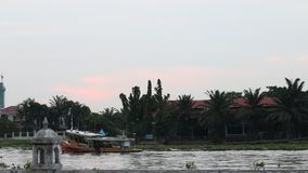 Шлюпка в реке сток-видео