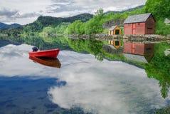 Шлюпка в тихой бухте Стоковые Фотографии RF