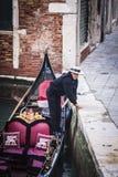 Шлюпка гондолы со своим предпринимателем, в Венеции (Италия) Стоковое Изображение