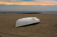 Шлюпка жизни на пляже Стоковые Изображения