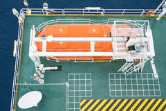 Шлюпка жизни, ремесло выживания или спасательная лодка на платформе нефти и газ для аварийной ситуации эвакуируют на станции сбор Стоковое Изображение RF