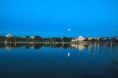 Шлюпка заплывания на луне дурачка Стоковые Фотографии RF