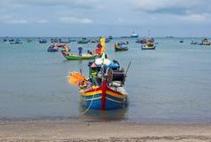 Шлюпка за много на пляже - Вьетнаме Стоковая Фотография RF