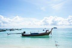 Шлюпка длинного хвоста анкера рыболова на голубом море с солнечностью Стоковая Фотография