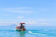 Шлюпка длинного хвоста двигая дальше море Стоковые Изображения RF