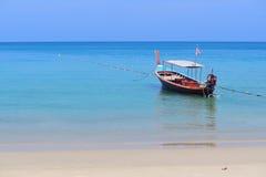 Шлюпка длинного хвоста и тропический пляж, море Andaman, Таиланд Стоковая Фотография