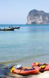 Шлюпка длинного хвоста и шлюпка каяка на пляже Стоковое Изображение RF