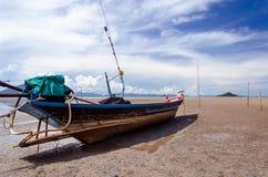 Шлюпка длинного хвоста на береге (Chumphon, Таиланде) Стоковая Фотография