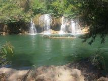 Шлюпка длинного хвоста перед водопадом Стоковые Изображения RF