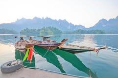 Шлюпка и берег озера длинного хвоста сплавляют дома на озере Lan Cheow, Khao Стоковая Фотография