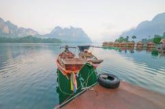 Шлюпка и берег озера длинного хвоста сплавляют дома на озере Lan Cheow, Khao Стоковые Фото