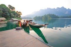 Шлюпка и берег озера длинного хвоста сплавляют дома на озере Lan Cheow, Khao Стоковые Изображения