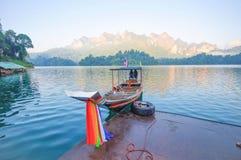 Шлюпка и берег озера длинного хвоста сплавляют дома на озере Lan Cheow, Khao Стоковые Фотографии RF