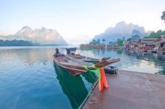 Шлюпка и берег озера длинного хвоста сплавляют дома на озере Lan Cheow, Khao Стоковые Изображения RF