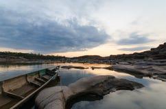 Шлюпка и восход солнца Стоковое Фото