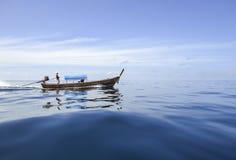 Шлюпка идет стремительно через море Стоковое Изображение RF