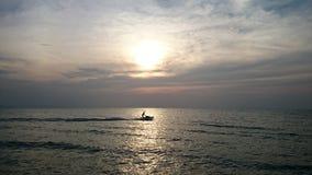 шлюпка и заход солнца скорости Стоковое Изображение